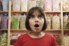 Bambino in negozio dolce Fotografia Stock Libera da Diritti