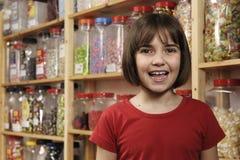 Bambino in negozio dolce Fotografia Stock
