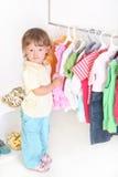 Bambino nel negozio dei vestiti Fotografia Stock