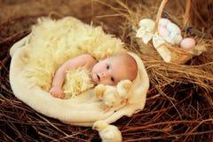 Bambino nel nido di Pasqua Immagini Stock Libere da Diritti