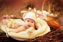 Bambino nel nido di Pasqua Fotografia Stock Libera da Diritti