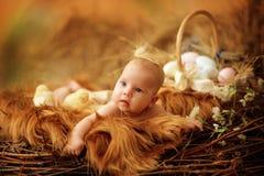 Bambino nel nido di Pasqua Fotografie Stock