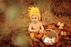 Bambino nel nido di Pasqua Immagini Stock