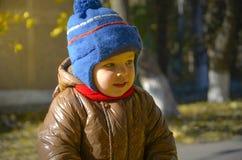 Bambino nel parco di autunno fotografie stock libere da diritti