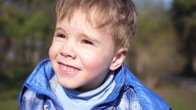 Bambino nel parco di autunno divertendosi gioco e ridendo, camminante nell'aria fresca stock footage