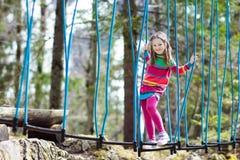 Bambino nel parco di avventura Bambini che scalano la traccia della corda Immagine Stock Libera da Diritti