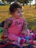 Bambino nel parco verde immagini stock