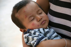 Bambino nell'abbraccio di una madre Fotografie Stock
