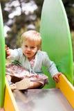 Bambino nell'area del campo da giuoco Immagini Stock