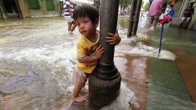 Bambino nell'inondazione stock footage
