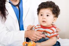 Bambino nell'ufficio del medico Fotografie Stock