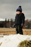 Bambino nella campagna di inverno Immagini Stock Libere da Diritti