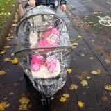 Bambino nella carrozzina Fotografie Stock Libere da Diritti
