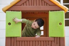 Bambino nella casa del gioco Fotografia Stock