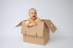 Bambino nella casella fotografia stock libera da diritti