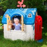 Bambino nella casetta per giocare dei bambini all'aperto Immagine Stock