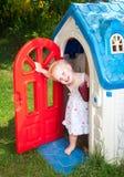 Bambino nella casetta per giocare dei bambini all'aperto Fotografia Stock