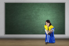 Bambino nella classe con l'abito di graduazione Immagini Stock Libere da Diritti