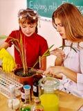 Bambino nella classe di chimica Fotografia Stock