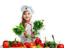 Bambino nella cucina che prepara un pasto Immagine Stock