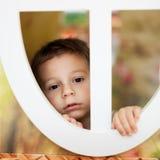 Bambino nella finestra della casa sull'albero Fotografia Stock Libera da Diritti