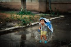 Bambino nella pioggia Fotografia Stock Libera da Diritti