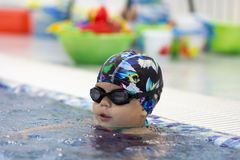 Bambino nella piscina fotografia stock