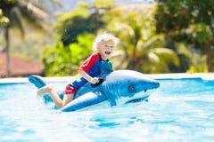 Bambino nella piscina Bambino sul galleggiante gonfiabile immagini stock