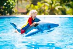 Bambino nella piscina Bambino sul galleggiante gonfiabile fotografia stock