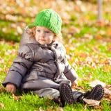 Bambino nella sosta di autunno Fotografia Stock