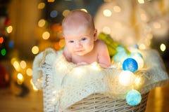Bambino nella stanza festivo decorata Fotografia Stock