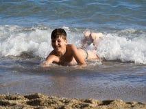 Bambino nelle onde Fotografia Stock