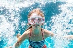 Bambino nello stagno subacqueo immagini stock libere da diritti