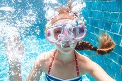 Bambino nello stagno subacqueo immagini stock