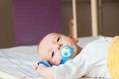 Bambino neonato con la tettarella calmata prima dell'operazione Immagine Stock