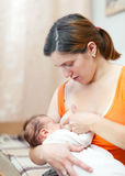 Bambino neonato di cura a casa Fotografia Stock