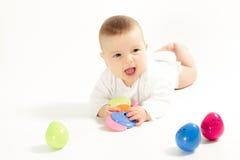 Bambino neonato nel primo piano della camicia su fondo bianco Fotografie Stock