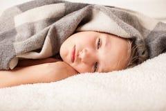 Bambino non sano a casa Immagini Stock Libere da Diritti
