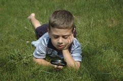 Bambino osservando natura Fotografia Stock Libera da Diritti