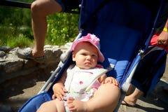 Bambino in passeggiatore di seduta sulla natura Fotografie Stock