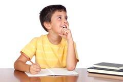 Bambino Pensive dell'allievo nel banco Immagine Stock