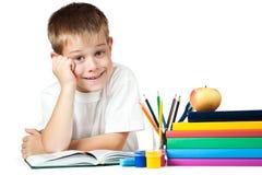 Bambino piacevole con i libri e le matite Fotografia Stock
