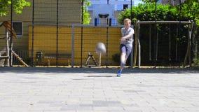 Bambino piccolo che colpisce una palla e un funzionamento dopo  archivi video