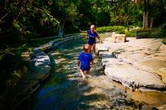Bambino piccolo che gioca fuori nel fiume immagini stock libere da diritti