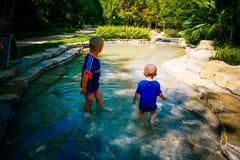 Bambino piccolo che gioca fuori nel fiume fotografia stock