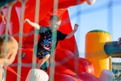 Bambino piccolo che gioca sul castello rimbalzante Immagini Stock