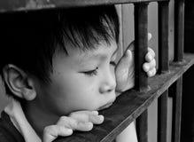 Bambino piccolo che sembra triste Fotografia Stock