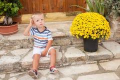 Bambino piccolo che si siede sulle scale Immagini Stock Libere da Diritti