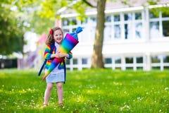 Bambino piccolo con il cono della caramella sul primo giorno di scuola Immagine Stock Libera da Diritti