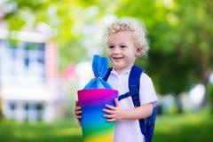 Bambino piccolo con il cono della caramella sul primo giorno di scuola Fotografie Stock Libere da Diritti